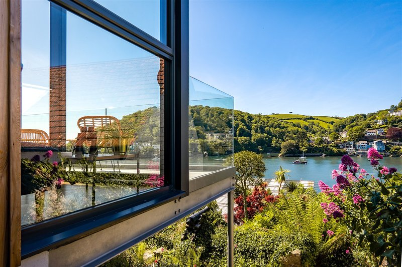 Two Guns – Contemporary, stylish townhouse with stunning sea views, vacation rental in Kingswear