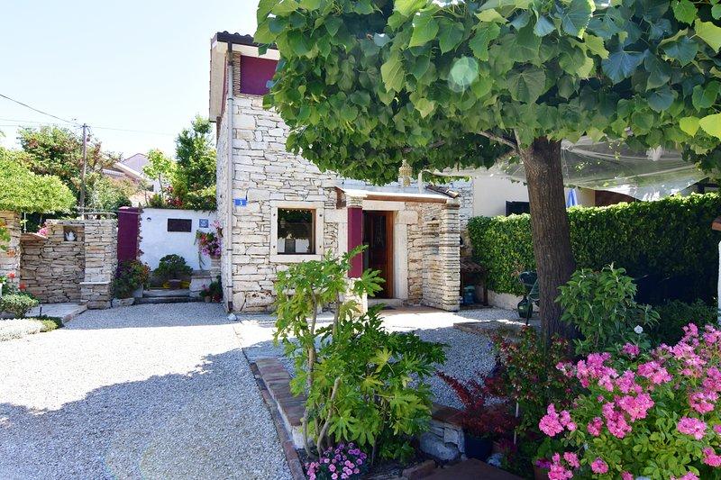 Dario casa vacanza istriana in pietra vicino al mare Wi-Fi  giardino parcheggio, holiday rental in Zambratija
