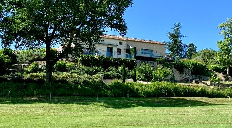 Luxury family villa, heated pool, air con, next to Vigiers golf, fantastic views, holiday rental in Bergerac