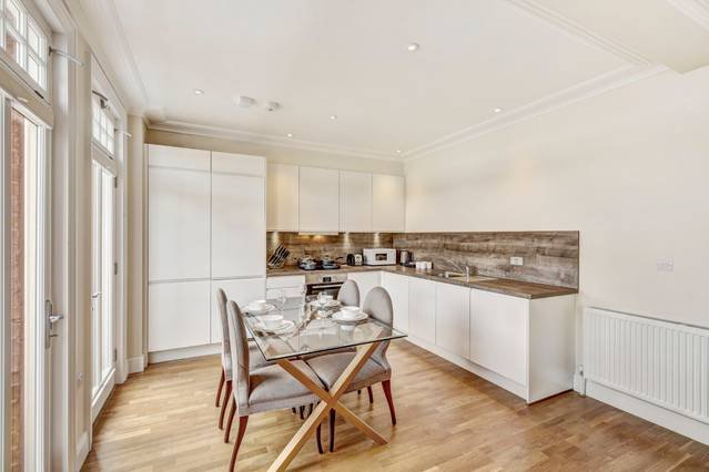 Immaculate 2 Bed Apt with Balcony in Hammersmith, vacation rental in Teddington