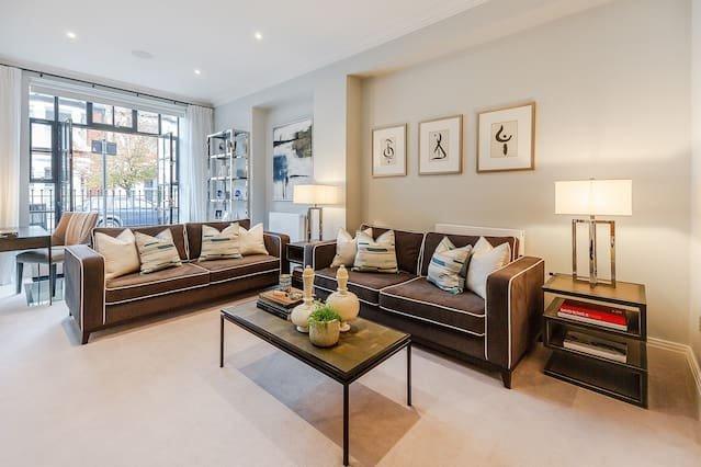 Luxurious 2 Bed Apt - Gated Riverside Development, vacation rental in Teddington