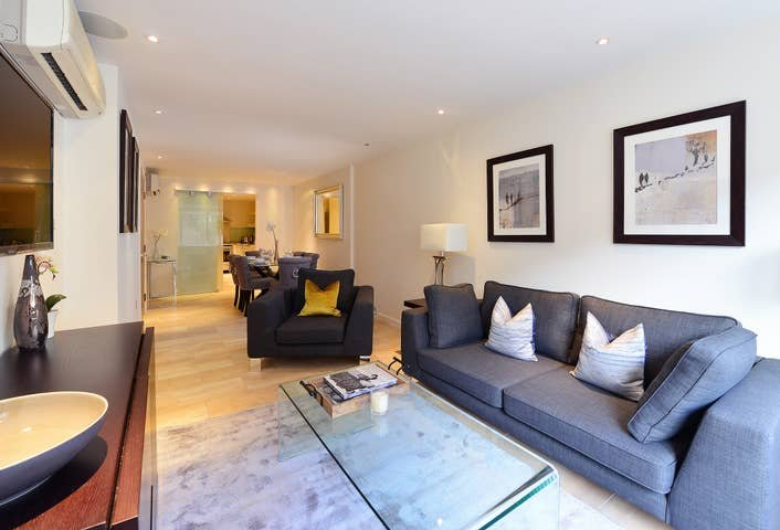 Modern 2 Bed Flat in the Heart of Kensington, holiday rental in Willesden