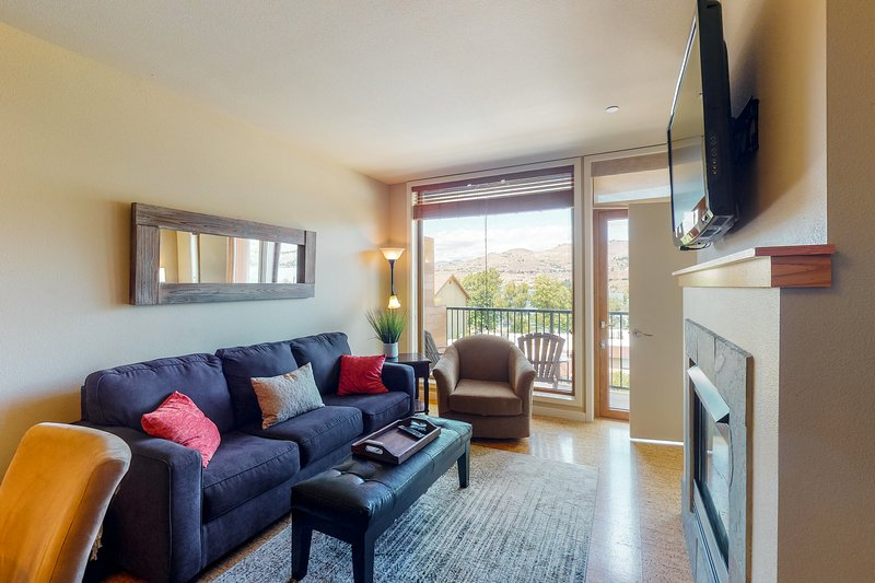 Cozy two-suite condo with community pool and hot tub, lake views!, vacation rental in Chelan