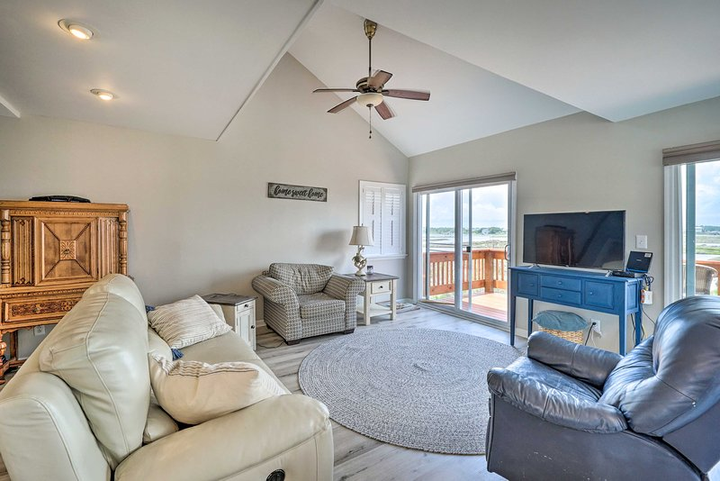 NEW! Waterfront Retreat with Deck & Walk to Beach!, vacation rental in Sneads Ferry