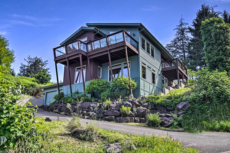 Luxe Coastal Haven w/Beautiful Bay Views & Hot Tub, holiday rental in Cape Meares