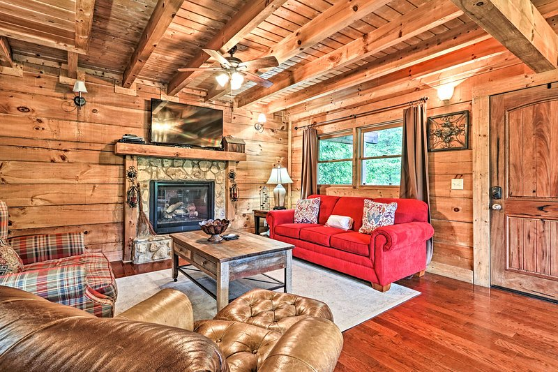 NEW! 2,100 Sq Ft Mtn Retreat: Hot Tub, BBQ & Deck!, holiday rental in Sevierville