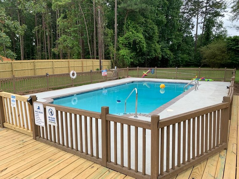 *Private Pool* Vacation Home Sleep 12, holiday rental in Atlanta