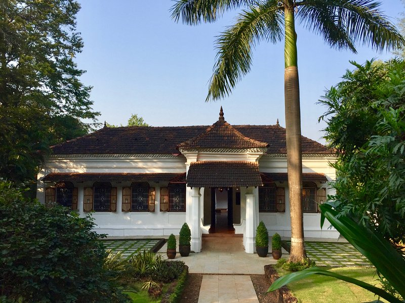 The Villa Goa - Luxury Private Indo-Portuguese Mansion with huge swimming pool, holiday rental in Parra