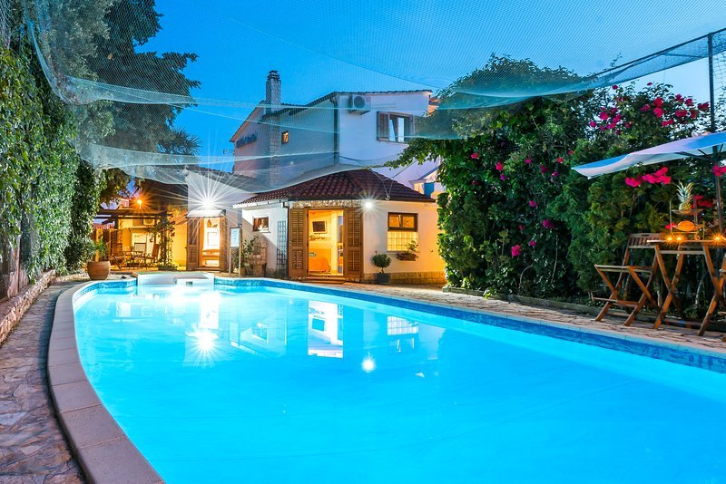 Amazing villa with swimming-pool, vacation rental in Rogoznica