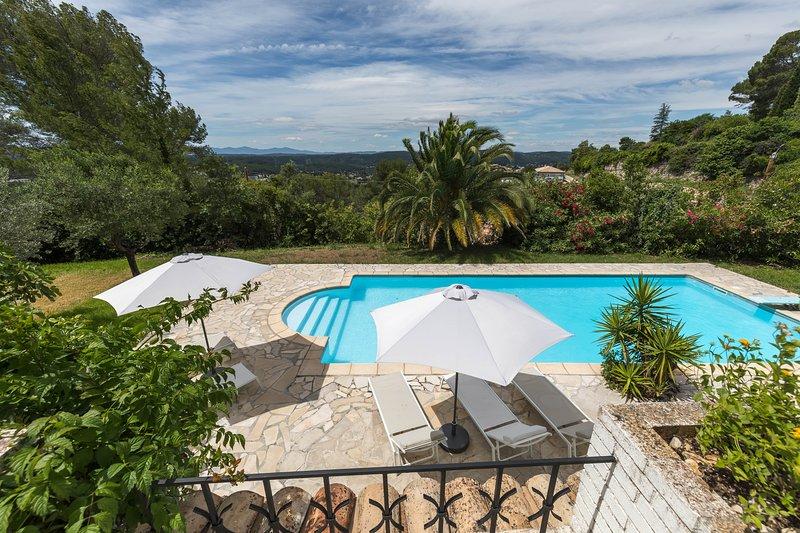 Le Maule Provençal - belle villa avec piscine vue massif des Maures, holiday rental in Figanieres