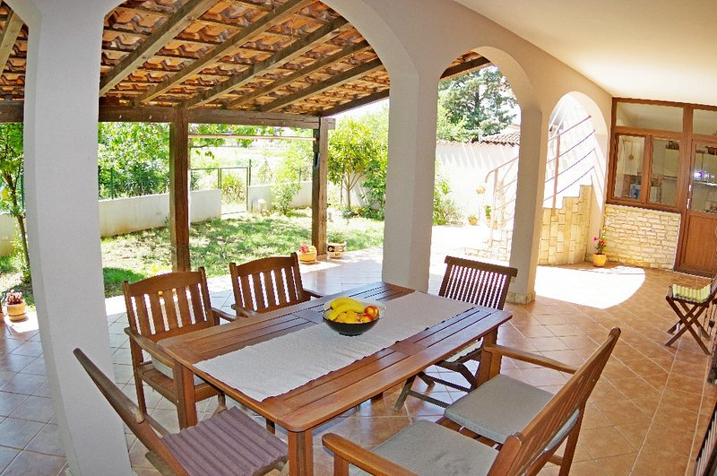 Holiday apartment Luciana, 900 m from the beach, location de vacances à Valbandon
