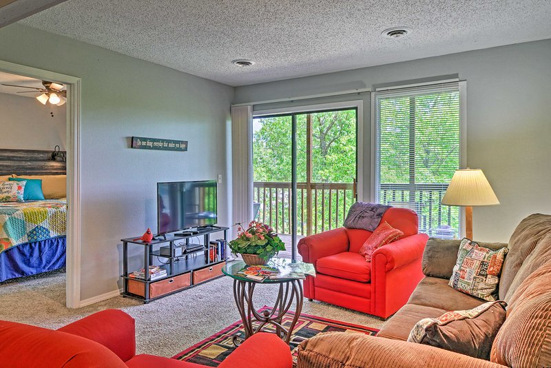 NEW! Condo w/ Deck & Forest View, ~1 Mile to SDC!, alquiler vacacional en Indian Point
