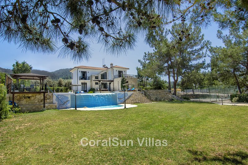 Walking to the Beach, Amazing Pool & Gardens, Children's Pool,Tennis Court, vacation rental in Limni