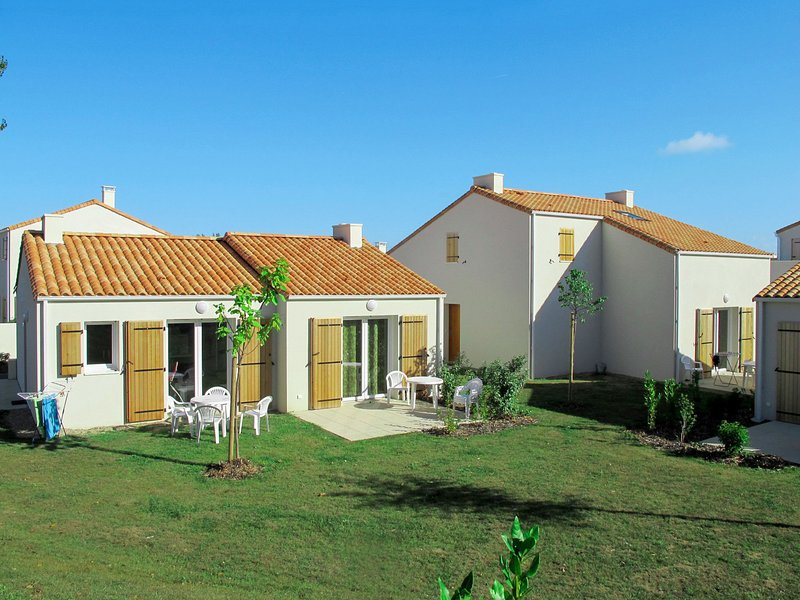 Les Grands Rochers (OSM201), vacation rental in Brem Sur Mer