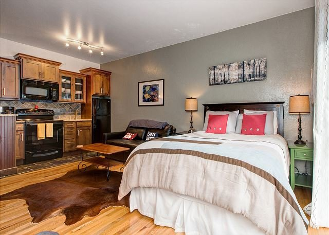 Downtown Park City! Free Shuttle- Hot Tub/Pool- Walk to Eateries & Shops, vacation rental in Park City