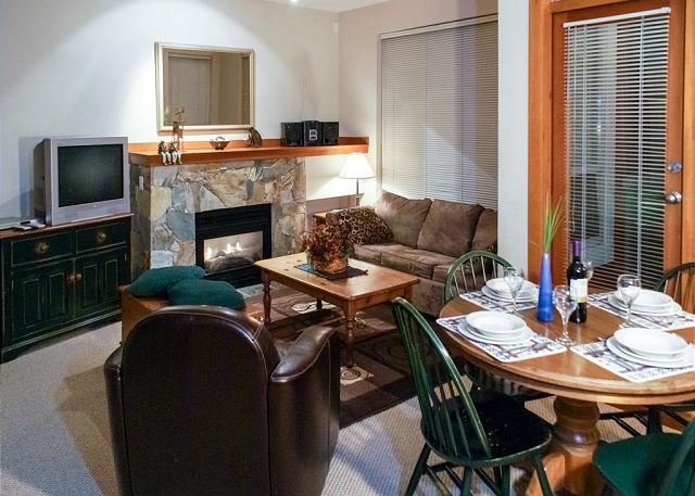 Convenient Village Location, Free Shuttle Route, Common Hot Tub, Free Parking, holiday rental in Whistler