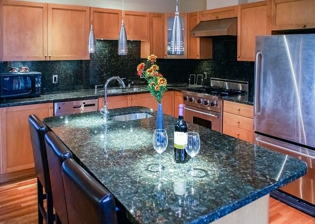 Nicklaus North Luxury Family Townhome, Huge Floor Plan, Quiet, Private Garage, holiday rental in Whistler
