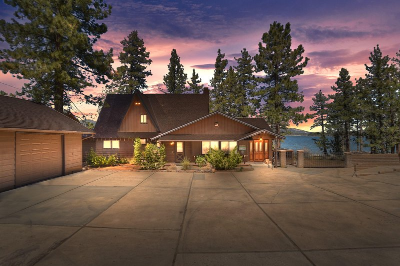 44 - THE CLASSIC LAKE HOUSE - 120FT OF LAKEFRONT, location de vacances à Big Bear Region