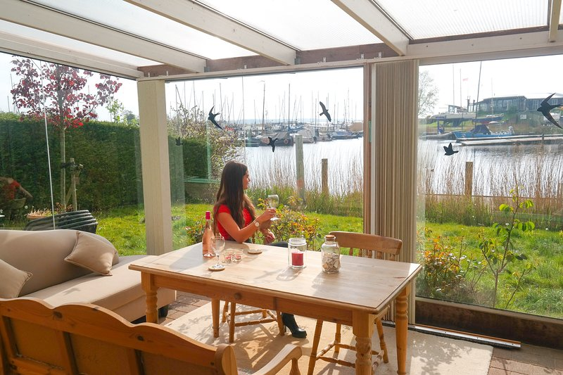 4 pers Holiday home with winter garden in front of the Lauwersmeer, Ferienwohnung in Anjum