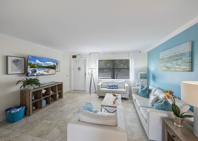 Seas the Day 2: Island Escape with Pool & Hot Tub | Walk to Beach & Dining, vacation rental in Riviera Beach