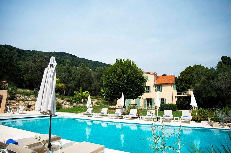 JdV Holidays Villa Juniper, 7 bedroom, 5 bath villa with superb pool near Grasse, location de vacances à Grasse