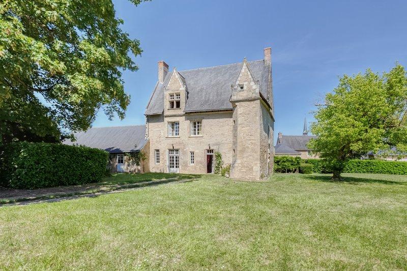 Le Castel - Maison familiale de charme du XVème siècle. Grand jardin, holiday rental in Durtal