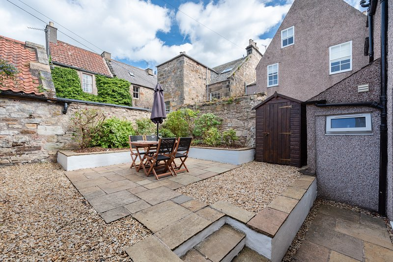 St Andrews prime location - w/private patio garden, location de vacances à St. Andrews