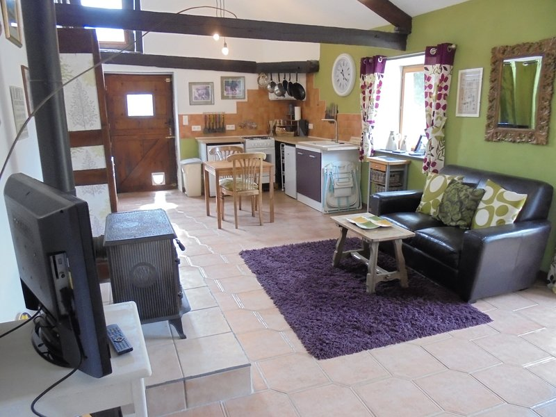 L'Etable du Moulin.  Rustic and comfortable barn conversion. Sleeps 2, location de vacances à Lanouée