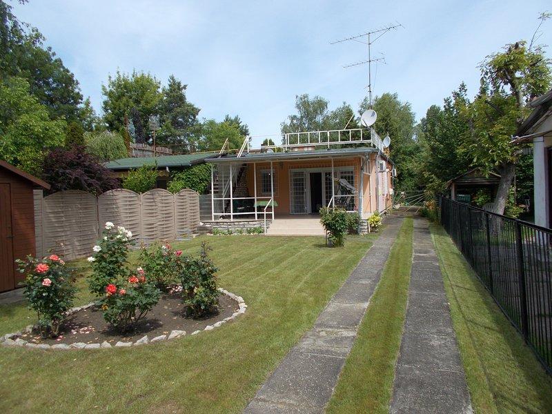 Ferienhaus nur 100 m vom Strand entfernt, holiday rental in Balatonfoldvar