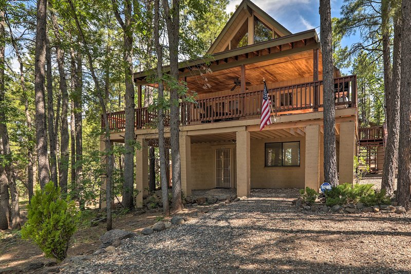 NEW! Munds Park Retreat w/ Wraparound Deck & Yard!, holiday rental in Munds Park