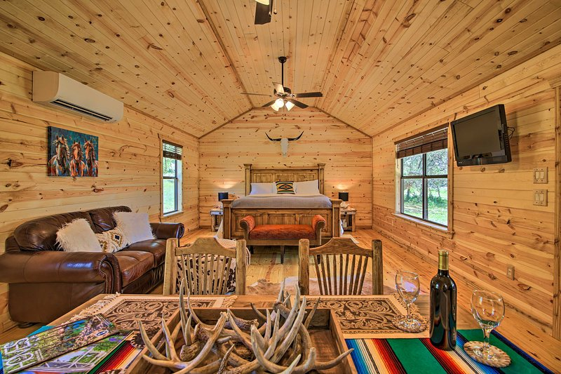 NEW! Chic Country Cabin - 10 Mi to Main Street!, alquiler vacacional en Comfort