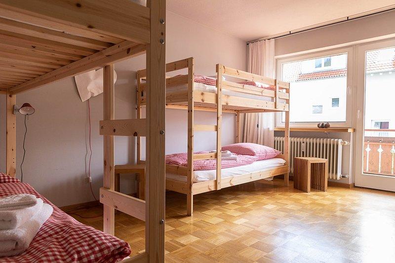 Design Ferienwohnung mit Waschmaschine und GSS 5 min zum See und Badeparadies, vacation rental in Titisee-Neustadt