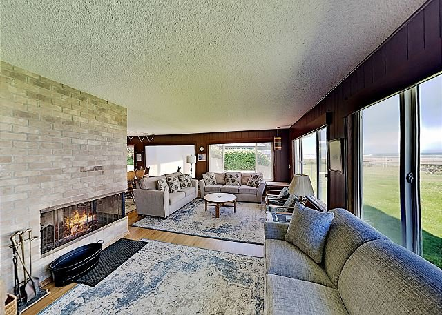 Water's Edge Oceanside Home w/ Pacific Views - Steps to Shoreline, holiday rental in Waldport