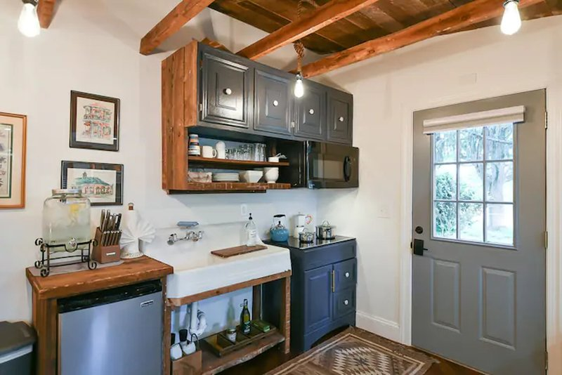 The Outpost Suite 2- A Curated Farmhouse Suite, vacation rental in Winchester