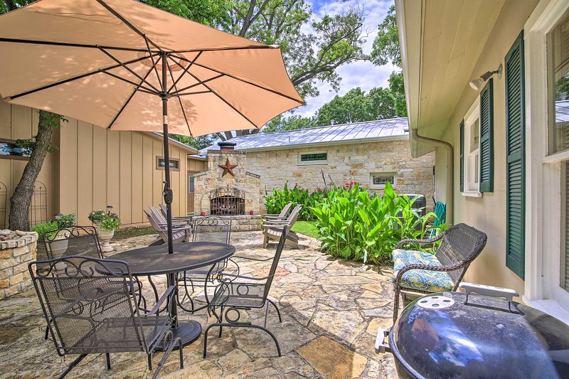 NEW! The 'Amorosa Cottage' w/ Patio: Walk Downtown, vacation rental in Fredericksburg