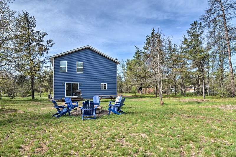NEW! Up North Getaway w/BBQ, 3Mi to Au Sable River, holiday rental in Crawford County