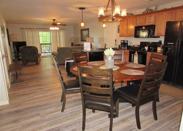 Can be a 3 or 6 BR, 2 or 4 Bath Lakefront Condo /Dock Access, & TV Sports Pkg, holiday rental in Branson