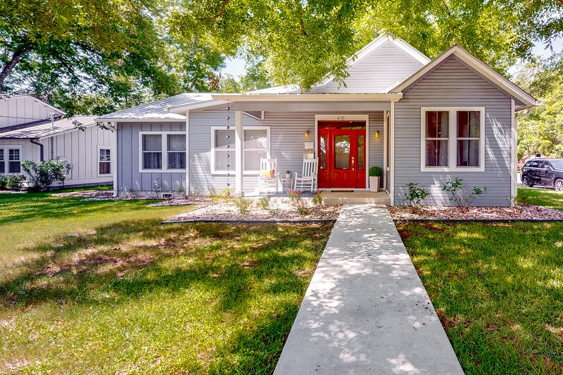 Dog-friendly home in the heart of Fredericksburg, near all the must-see sights, vacation rental in Fredericksburg