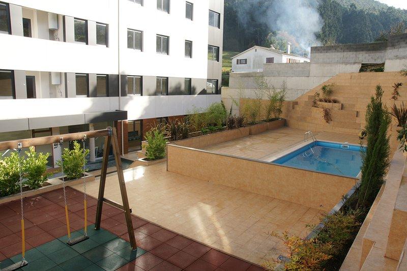 Vista piscina de agua salada y parque infantil.