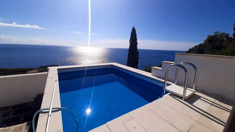 VILLA GIRASOLI SUL MARE CON PISCINA PER 6 OSPITI, holiday rental in Marina Serra