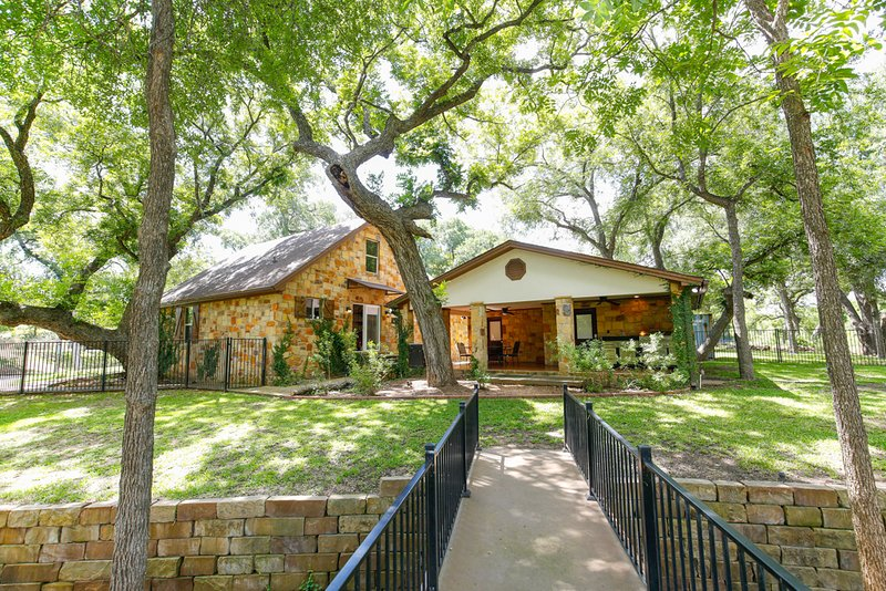 Lake LBJ 4BR Home w/ Private Boat Lift, Huge Yard with Tall Trees, casa vacanza a Sunrise Beach
