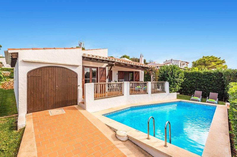 Bini Sol, Típica villa de Binibeca , jardin y piscina privados cerca de la playa, alquiler de vacaciones en Mahón