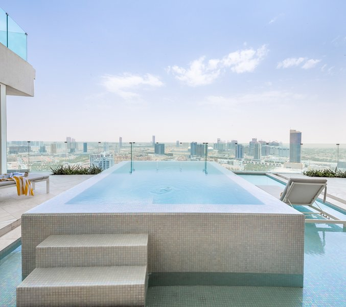 Stunning 2BR Sky Villa w/Private Pool In The Five JVC, aluguéis de temporada em Jebel Ali