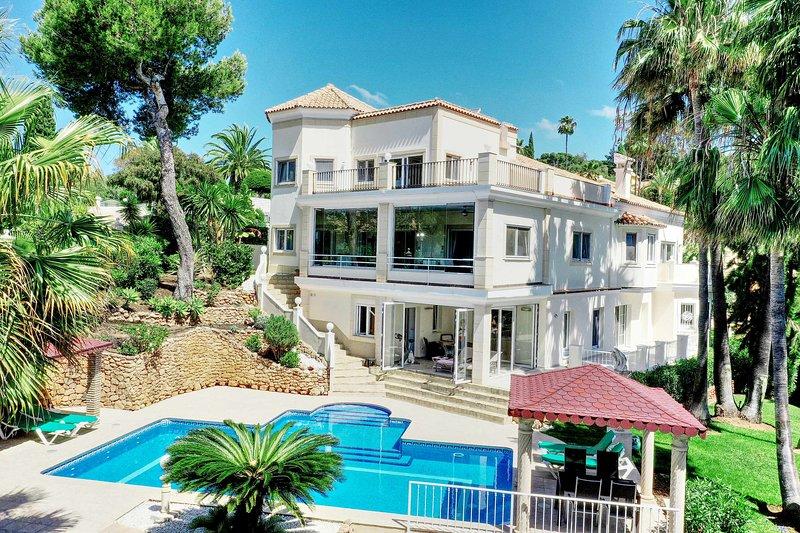 Luxury Family Villa , Pool, Garden, BBQ, Wifi , Sauna,, vacation rental in Artola