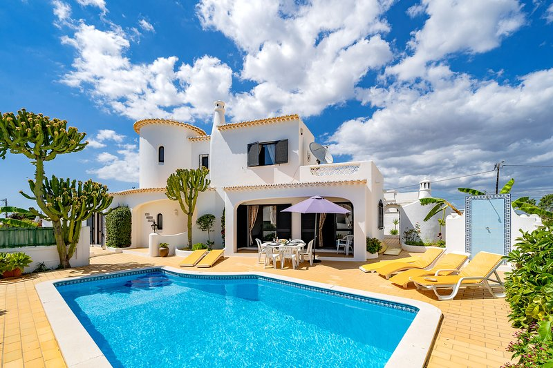 Modern and spacious, a family holiday villa with aircon, WiFi, pool & bbq, holiday rental in Faro District