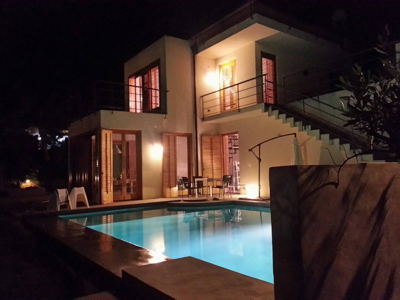 Whole Modern Villa With Pool And Near The Sea, holiday rental in Torre Colonna-Sperone