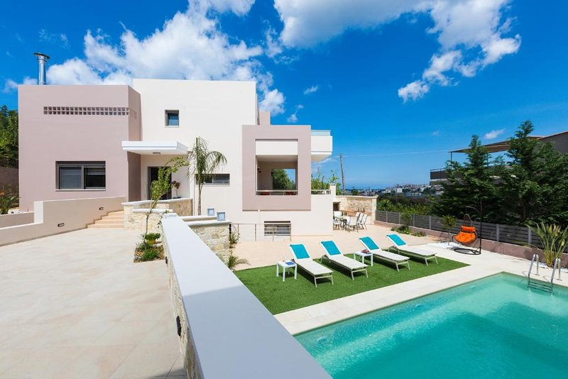 Peris Luxury Villa In Chania, Private Pool, 1km From The Beach, holiday rental in Daratsos