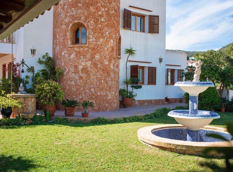 Sea views Villa in Sa Caleta Ibiza. Pool & bbq, alquiler de vacaciones en Sant Jordi