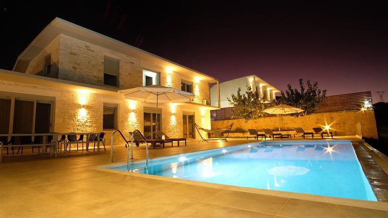 Eva Villas West and East, 2 private pools, sea view, aluguéis de temporada em Kato Valsamonero