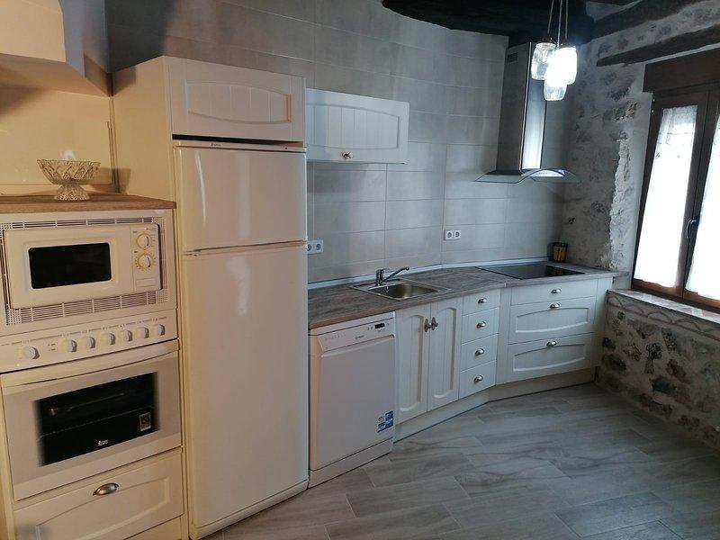 Alquiler casa con patio exterior con barbacoa, holiday rental in San Miguel de Bernuy